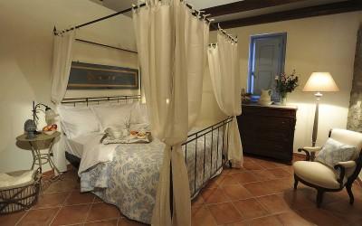 La camera matrimoniale con baldacchino
